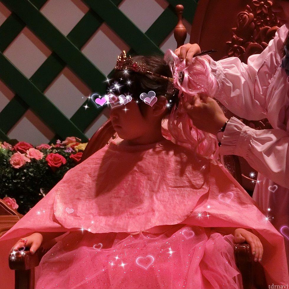 髪型は1種類だけ。 以前と変わりません。 1つに纏めたお団子に、選んだ付け毛をつけます。 端の席にもう1人エルサに変身中のインド系のお姉さんがいました。 お母さんが編んだエルサそっくりの見事な編み込みをしていたのですが、お団子に纏められ金髪の付け毛をつけられていました。 (オーロラ姫の子とエルサの子は姉妹と思ったのですが、別のご家族でした。インド系のご家族が多い日でした)
