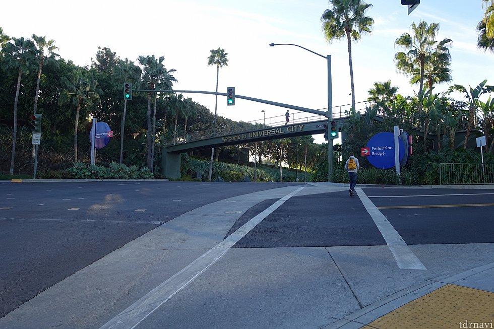 目の前に歩道橋が見えるので、そちらに向かいます。
