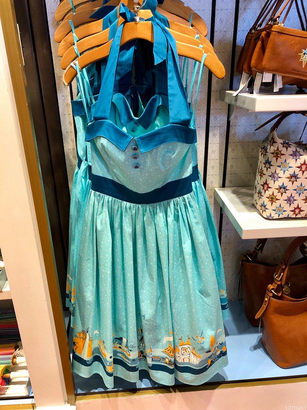 このブルー系の色合わせが本当に綺麗だと思いました。ディズニーのクラッシックアトラクションのドレス。このイラストシリーズのグッズも人気です。$108。
