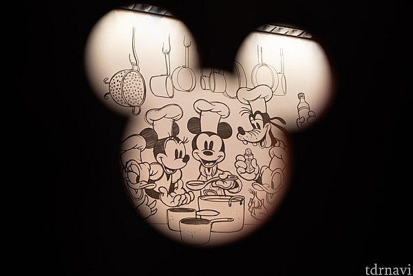 壁にはレトロなミッキー&フレンズのデッサンが描かれています。