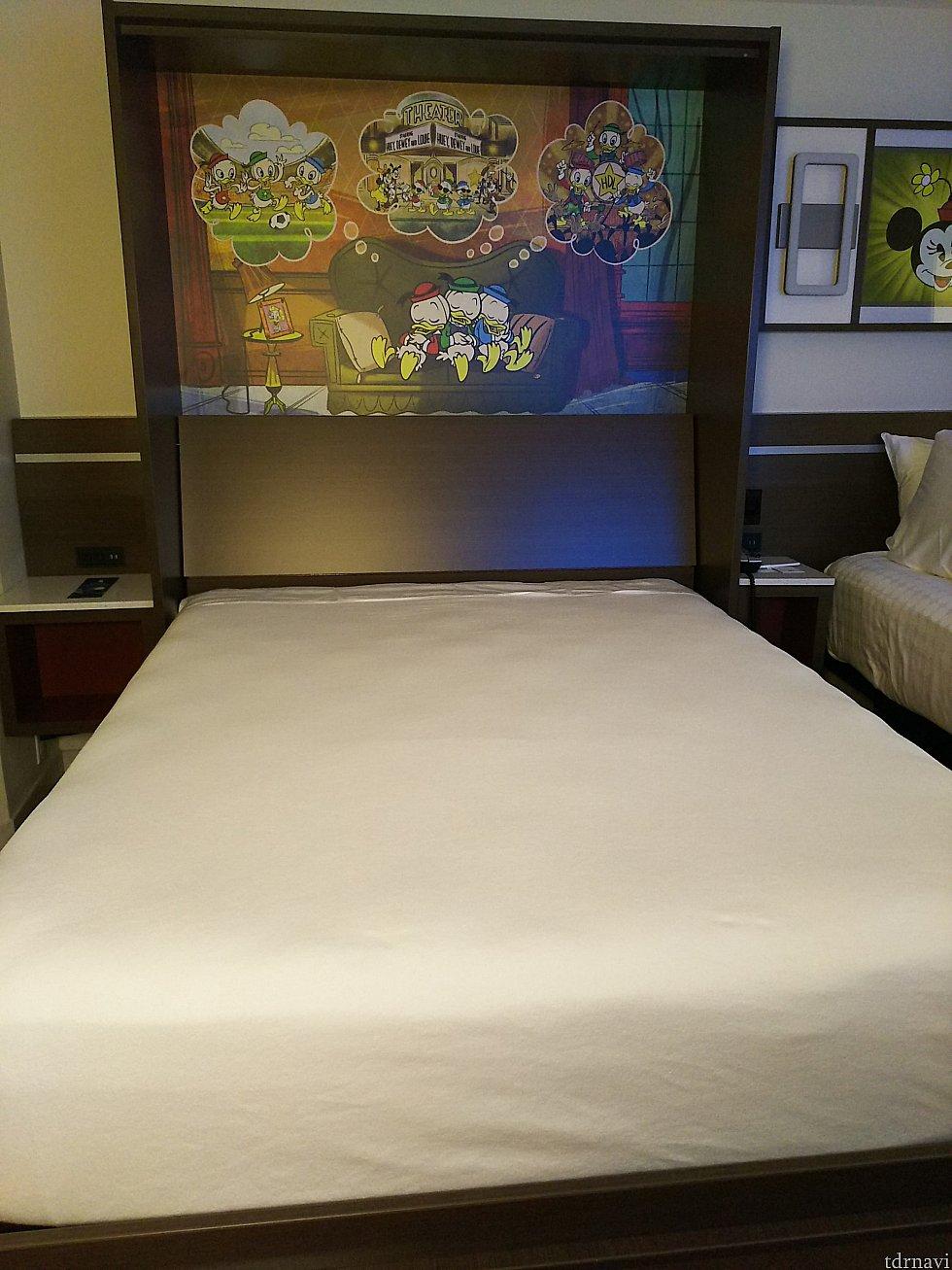 取っ手を引くとベッドに早変わり。こんなんですが、寝心地も普通のベッドと変わらないです。