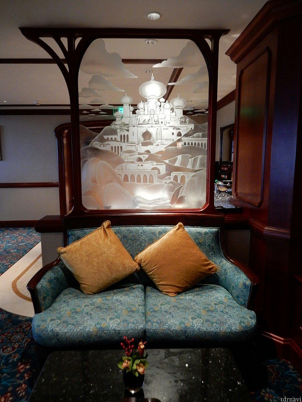 ラウンジにある、ジャスミンの宮殿が施されたガラス✨素敵~(m°▽°m)