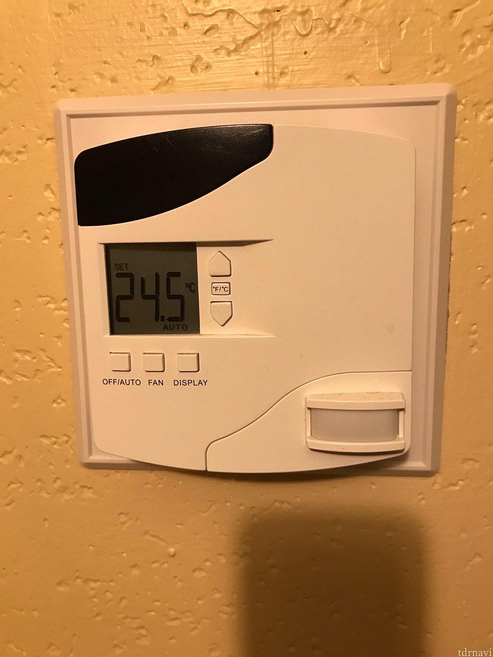 クーラーの設定はこれで行えます たまにメイドさんがベッドメイクした後に温度が下がってることがあるので帰ってきた時に確認した方がいいかもしれません