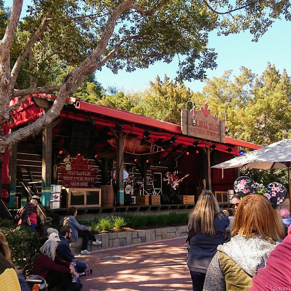 カナダ館の近くでは、野外ステージでバンド演奏も。