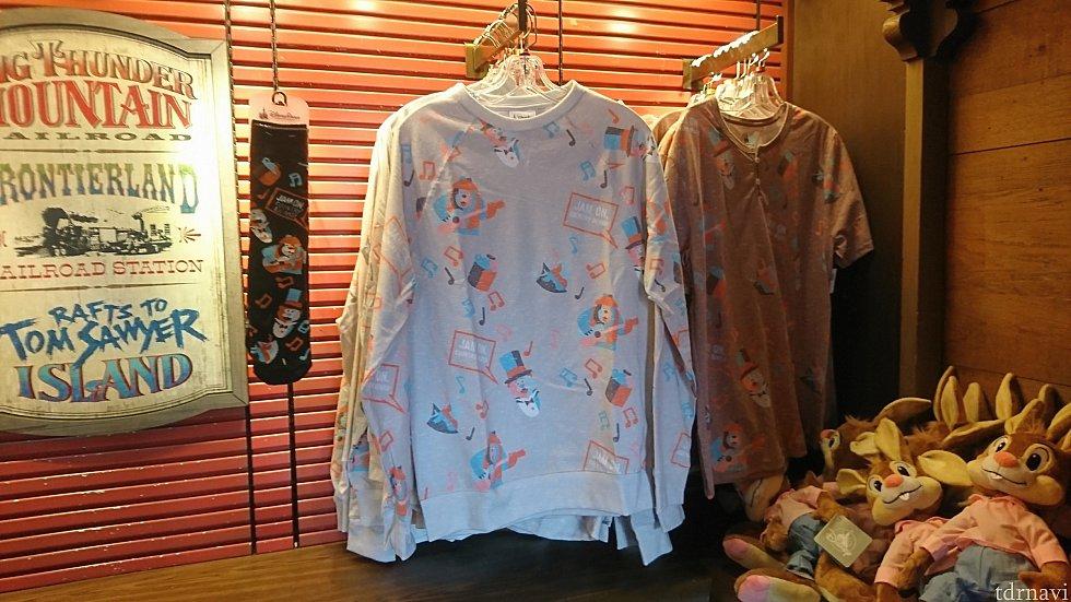 衣料品の店には落ち着いた色味のシャツがありましたが、パス。もっと派手なのが欲しい!