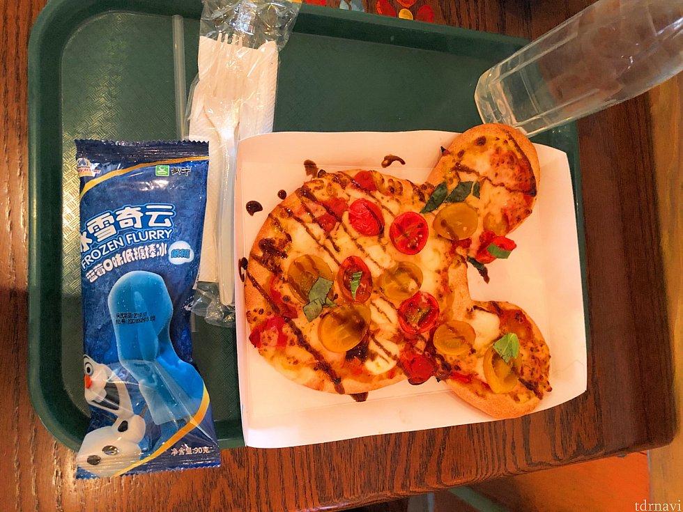 トマトとモッツァレラのピザ 80元 バルサミコ酢?のソースが結構甘いです