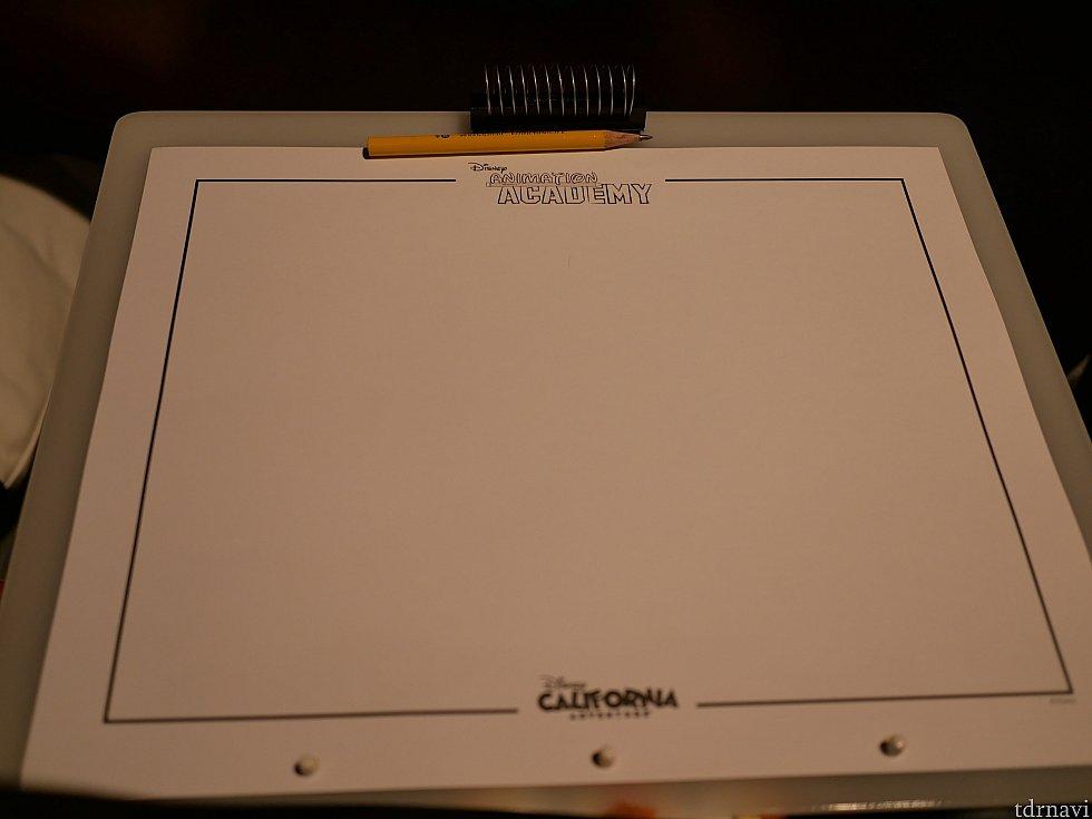 用意してくれたこの紙に鉛筆で描きます