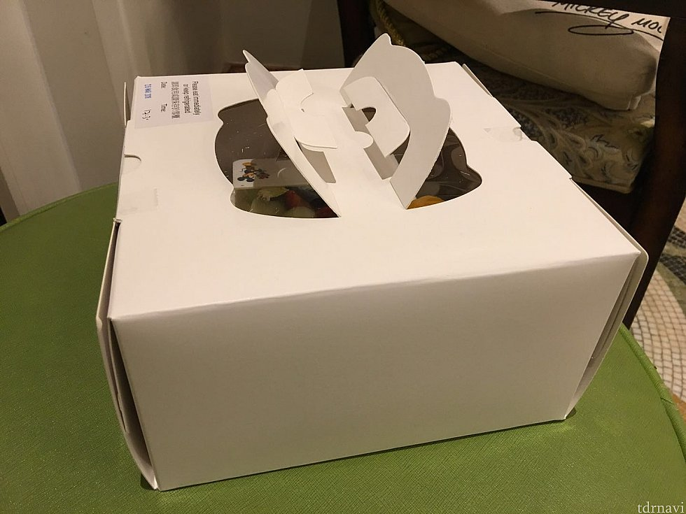 ケーキは箱に入れてもらい持ち帰りました。