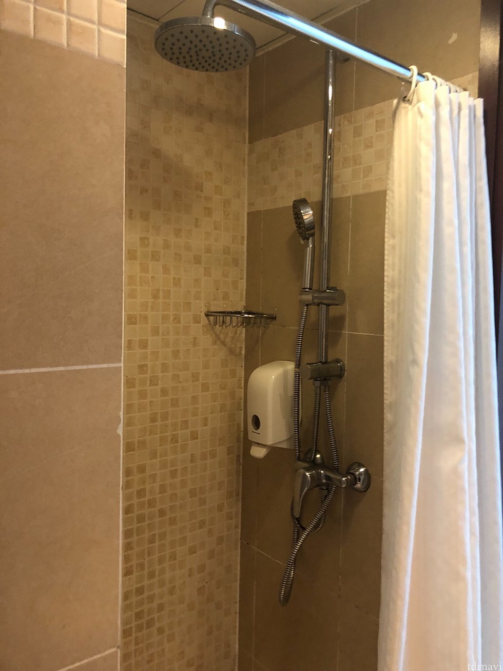 シャワーブースは小さめ。水圧は「強」で大変良かったです。絶妙な温度調節もできます。