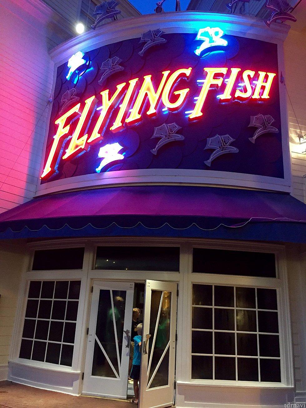 入口はボードウォーク沿いです。大きなネオン看板は何処からでも見過ごせない位派手です。看板の雰囲気とは逆に、レストランは高級シーフードレストランです。