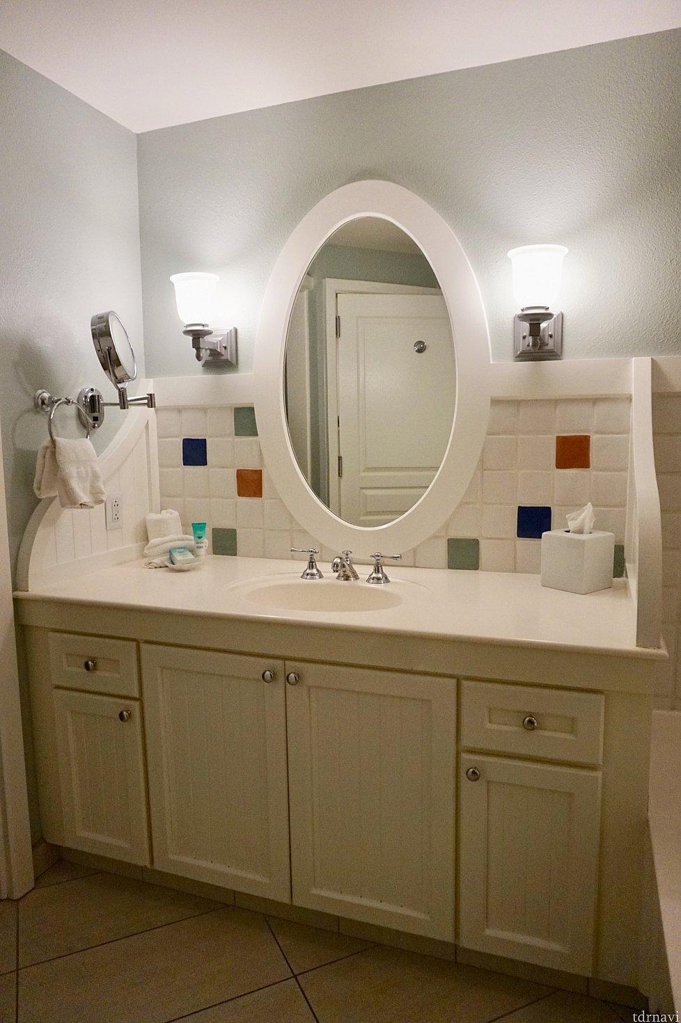 洗面台。広々としていて、化粧道具などもたくさん置けます。