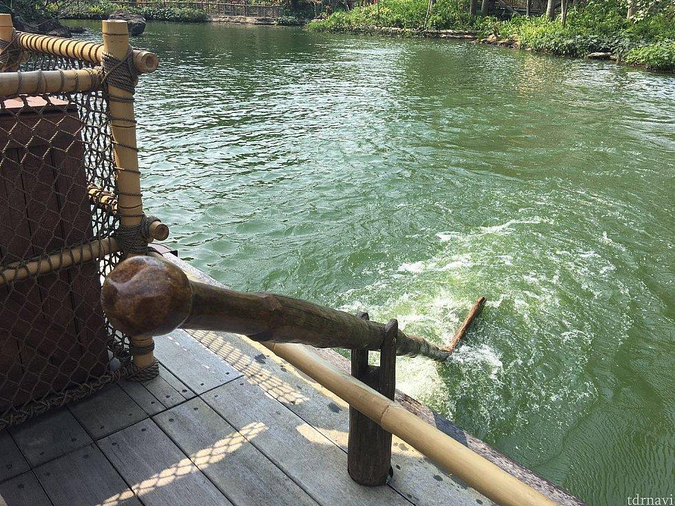 いかだは手漕ぎ風です。