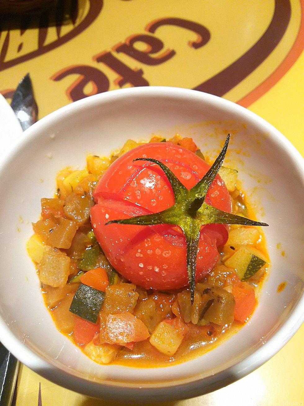 ラタトゥイユ。未確認ですが上のコースだと映画のよう野菜で形を整えたプレミアムラタトゥイユになるらしいです。