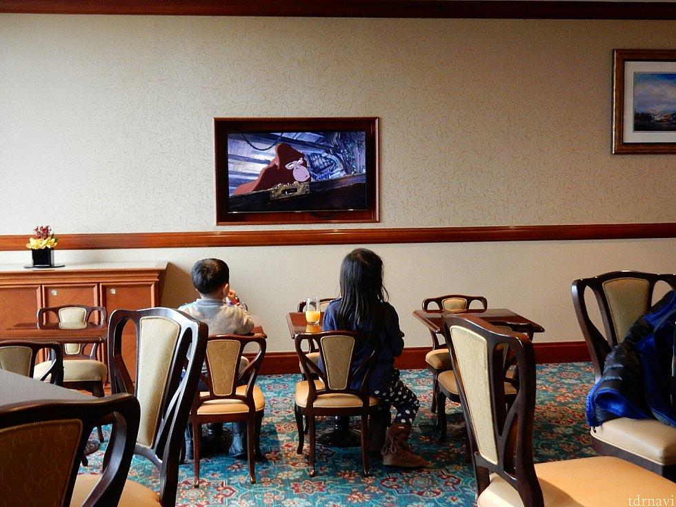 子どもサイズのテーブルがあり、自分で食べられる子たちはそこでテレビを見ながら食べてました♪可愛い(*^^*)この時はターザンが流れていましたが、パイレーツやアナ雪など色々なディズニー映画を流してくれています