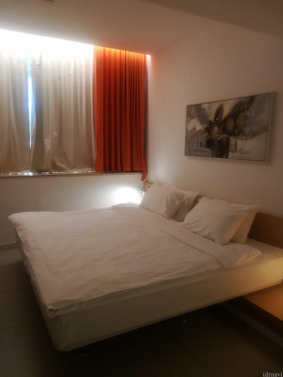広いベット…と思いきやシングルベッド2連結…