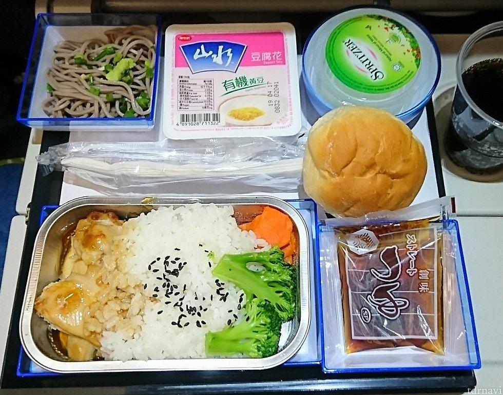和食は鶏の照り焼き風。どうってことのない蕎麦ですが、つゆが創味の物でちょっと嬉しい♪