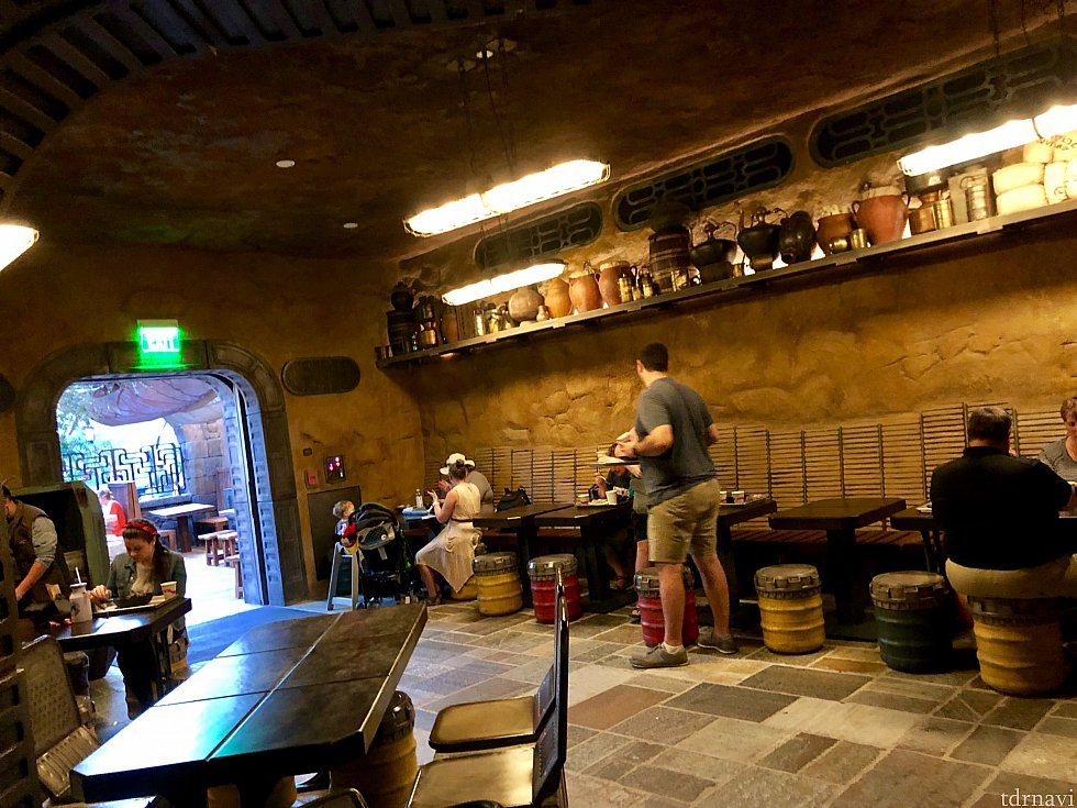 更に奥の部屋も。巨大なレストランでは無いものの、ある程度の席数はあるようです。