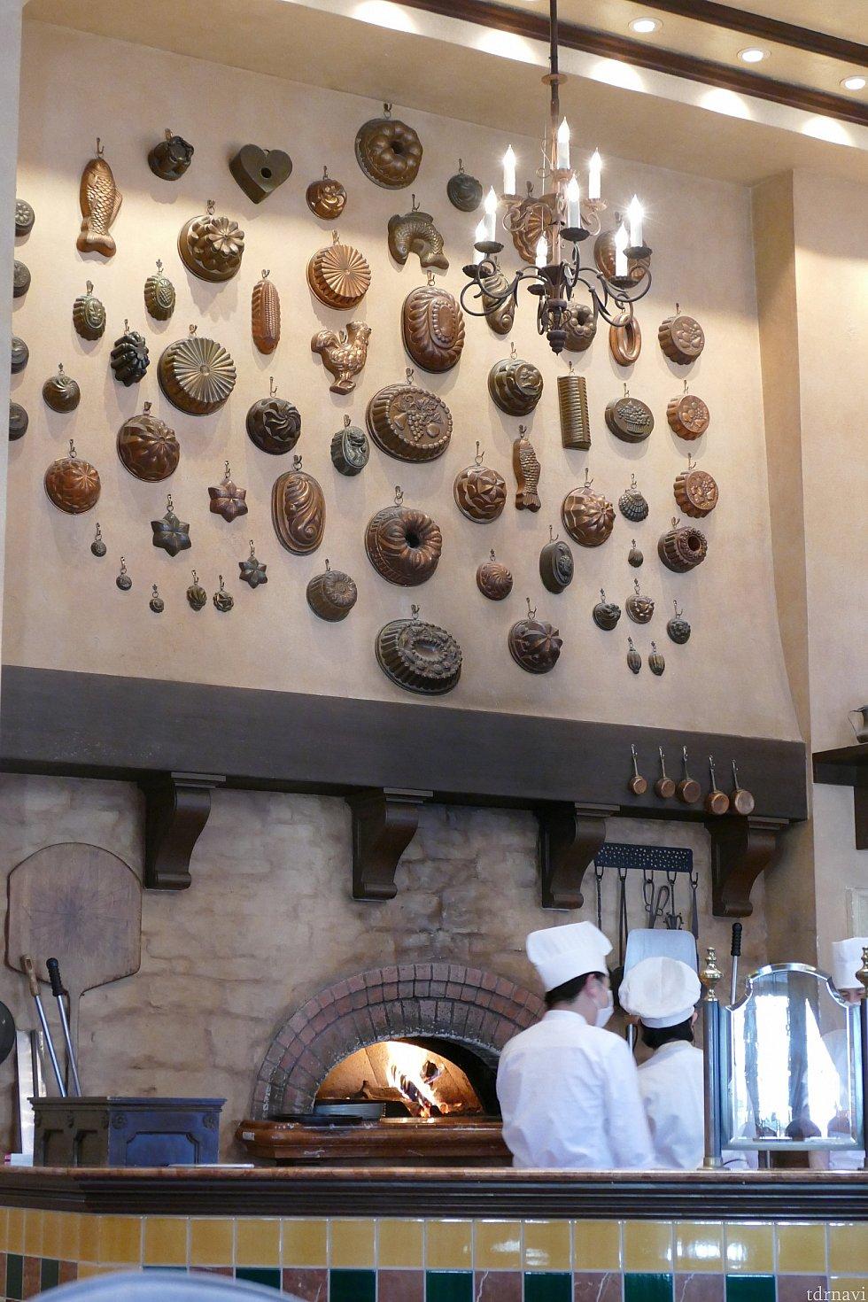 カナレットの下にはたくさんの型や大きなピザ釜が