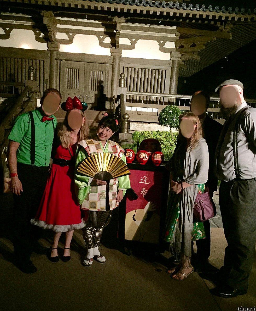 各国パビリオンでは、ホリデーストーリーテリングが行われています。日本館ではストーリーテラーさんが、お正月とだるま大師のお話しを分かりやすく、そして楽しくゲストに伝えてくれていました。