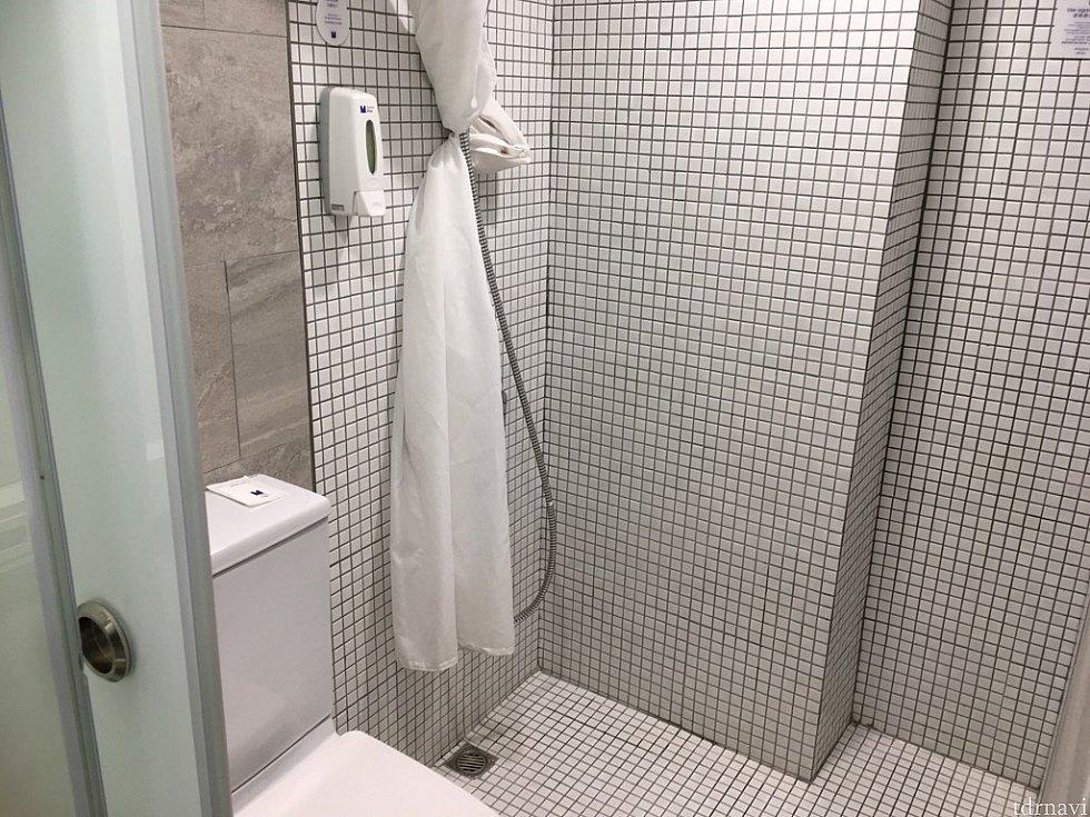 洗面台の奥にトイレとシャワールームがあります。シャワーは長時間使い過ぎにご注意を