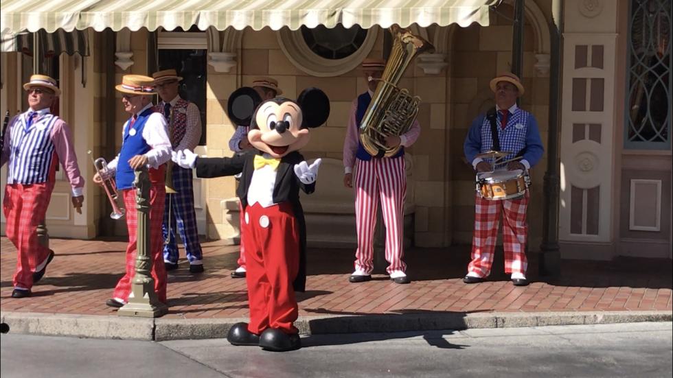ミニーちゃんは先に帰りましたがミッキーはなんとバンドの指揮をとってくれました。曲はお馴染みミッキーマウスマーチのJAZZアレンジ♪