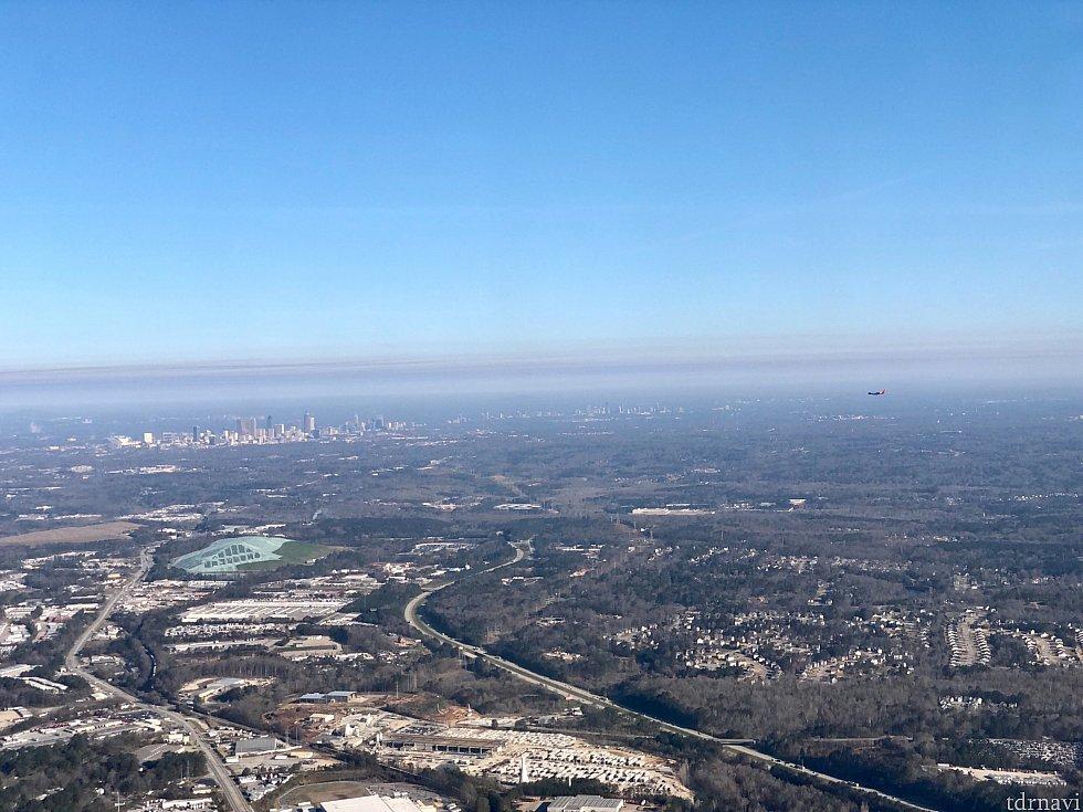 アトランタは超巨大空港です。この写真でも並行して飛んでいる飛行機が遠くに見えるんですが、この飛行機も同じ空港に着陸しようとしています。なんて大きな空港でしょう!左側にはダウンタウン アトランタが。