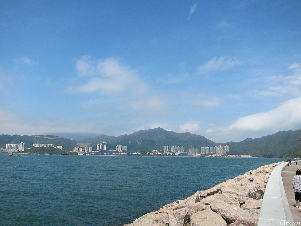 ゲートの外から見える対岸が香港らしい景色です。