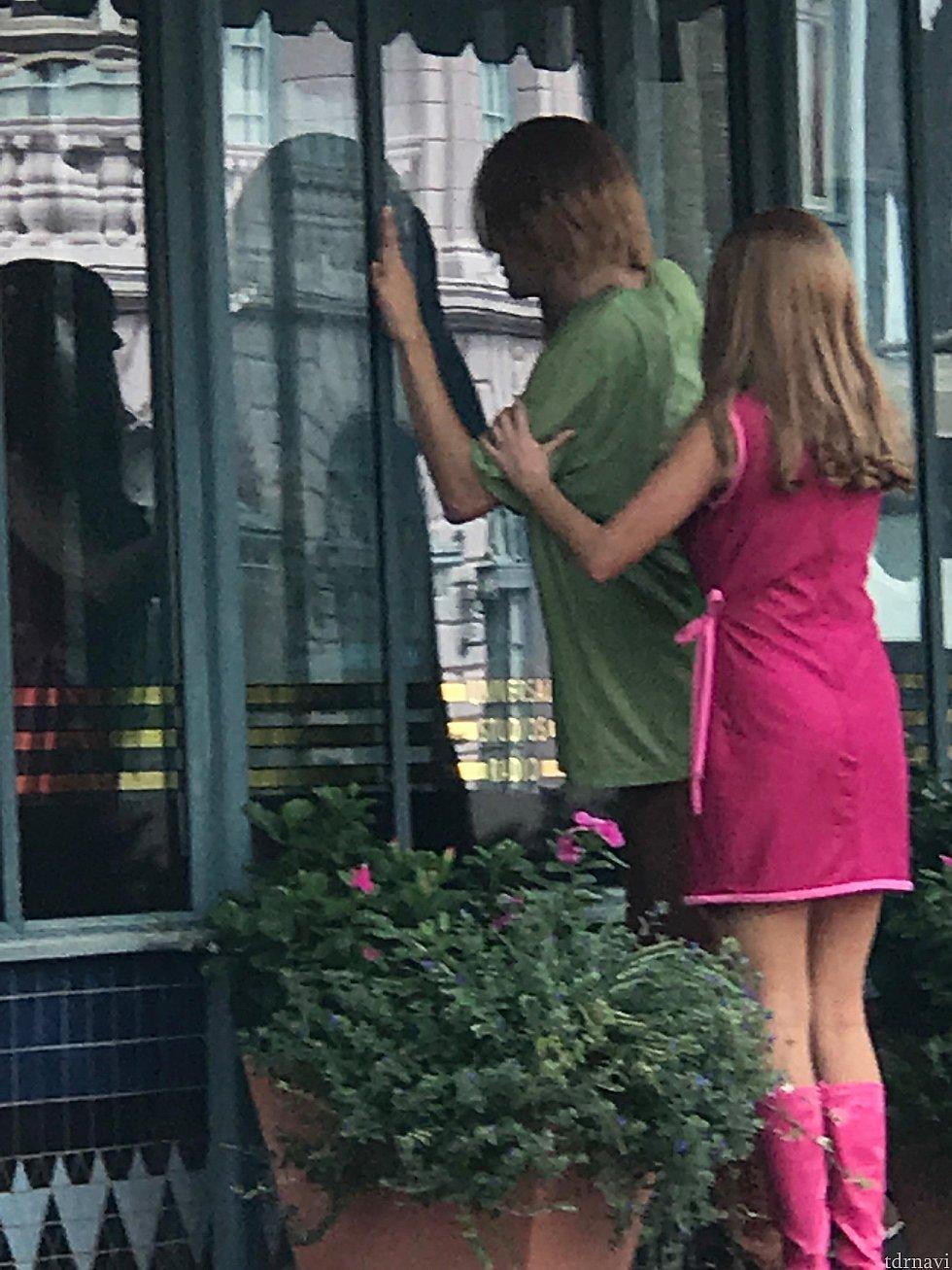 街中でスクービードゥーを探す2人