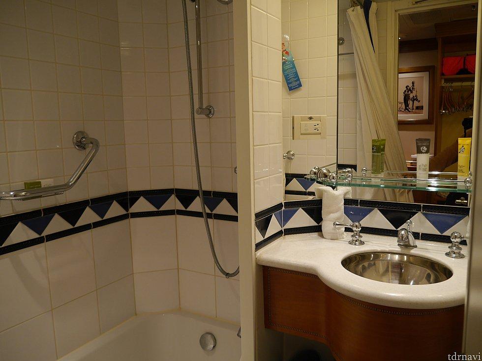 お風呂はバスタブあり!隣に洗面があります。