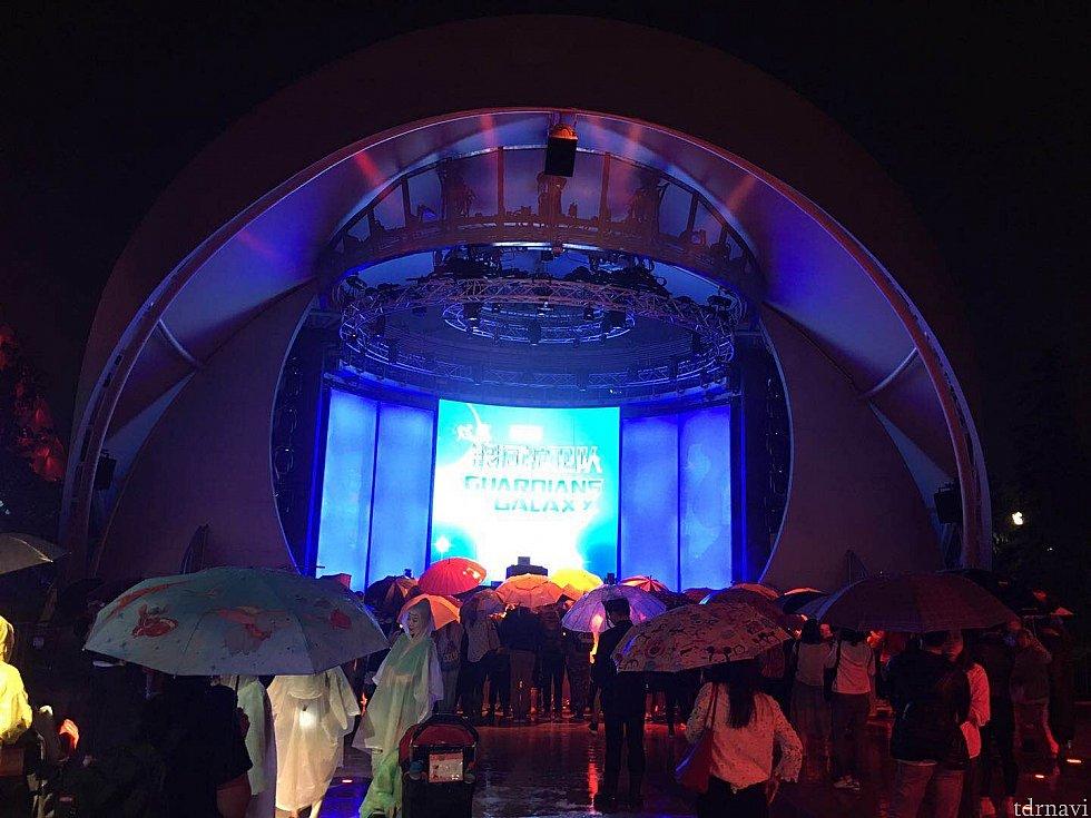 雨の中少なく無いゲストがイベントの始まりを待っています。