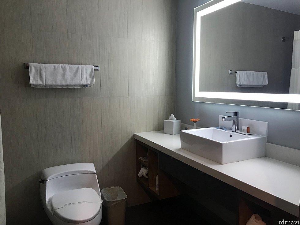 バスルームの鏡がライトアップされてました。