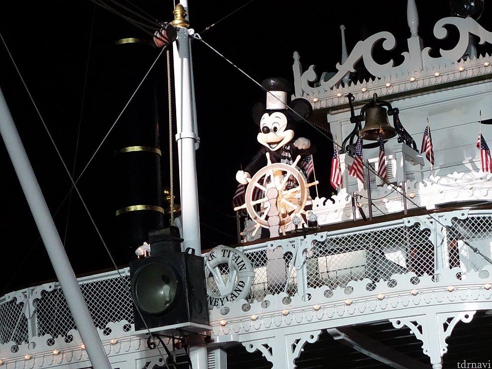 蒸気船ウィリーの衣装でミッキーが登場!