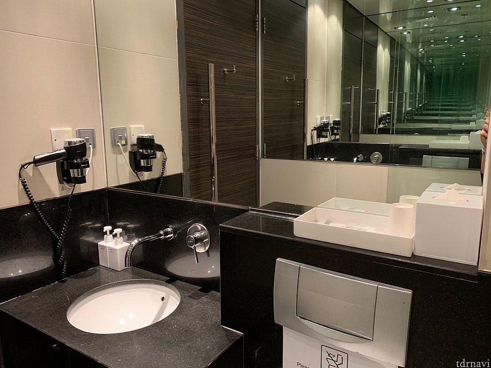 ラウンジのシャワールームです。 当たり前ですがキレイで一通りのものは揃ってます!