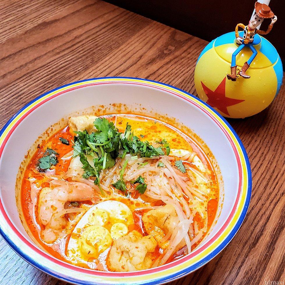 こちらはラクサ。 ちょっと辛いココナッツミルクのスープに太目の麺。ぷりぷりの海老にパクチーが美味い😋