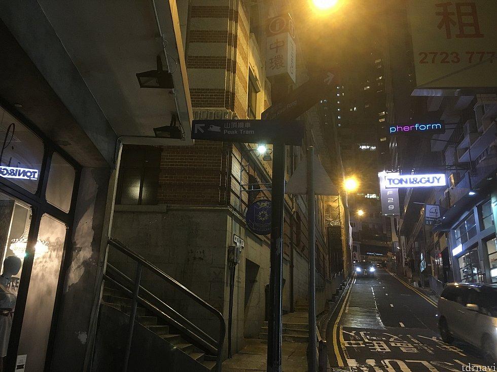 「Peak Tram」は左、という看板が見えたら左に行くのですが…