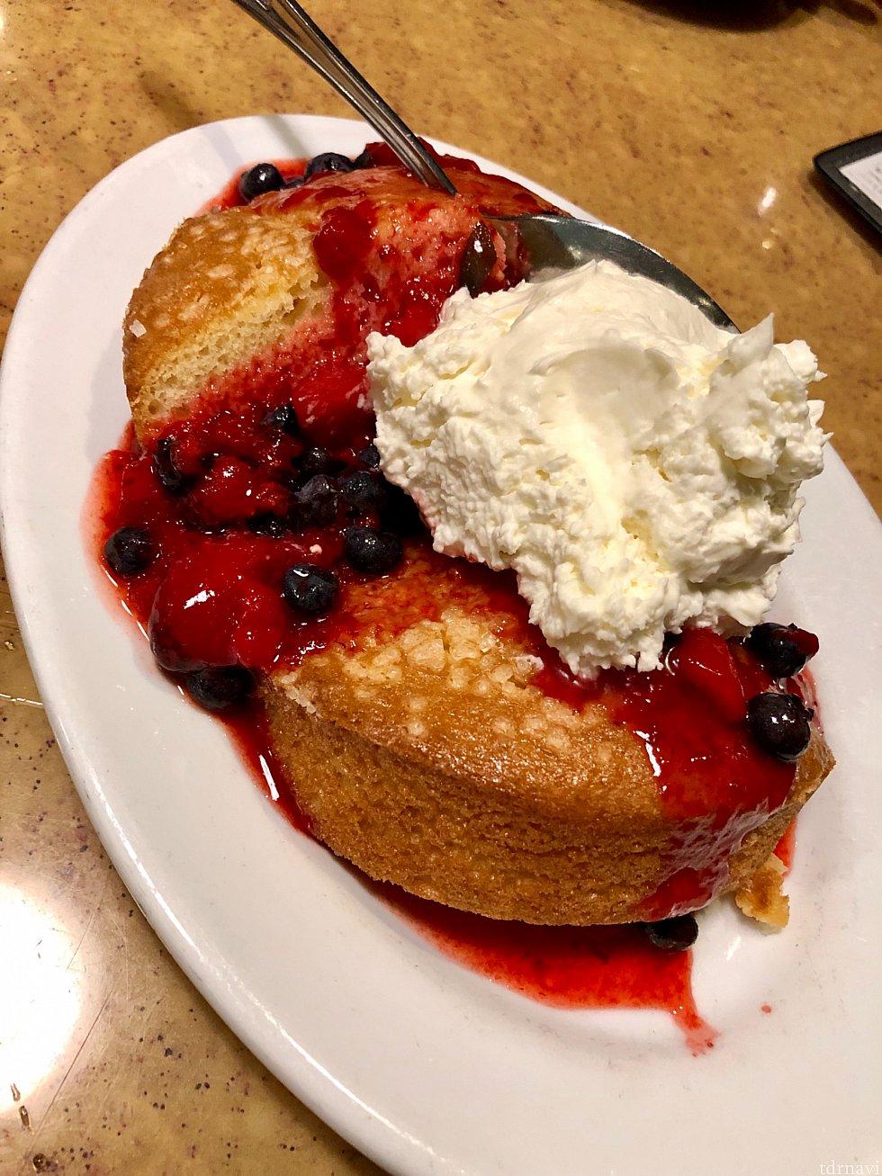 料理のおかわりは仕放題ですが、二皿目を注文出来るような量では無かったです。メインディッシュを下げてもらうと、ストロベリーショートケーキが用意されます。これがアメリカのショートケーキです!これ見た目と違って意外と甘さ控え目で満腹でも結構食べれてしまうのが不思議。