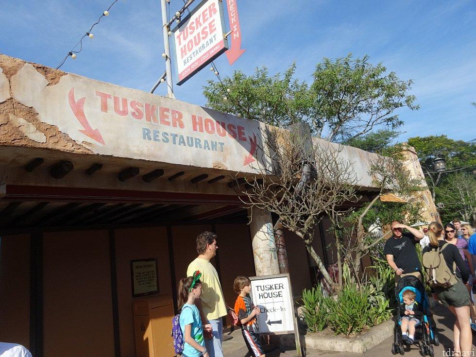 意外と簡素な外観だったタスカー・ハウス・レストラン。