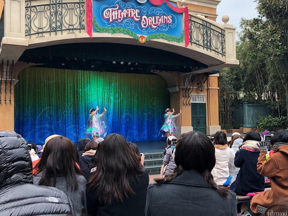ついに、開演! ちゃんとしたショーのオープニングのように、女性シンガー2名が登場。