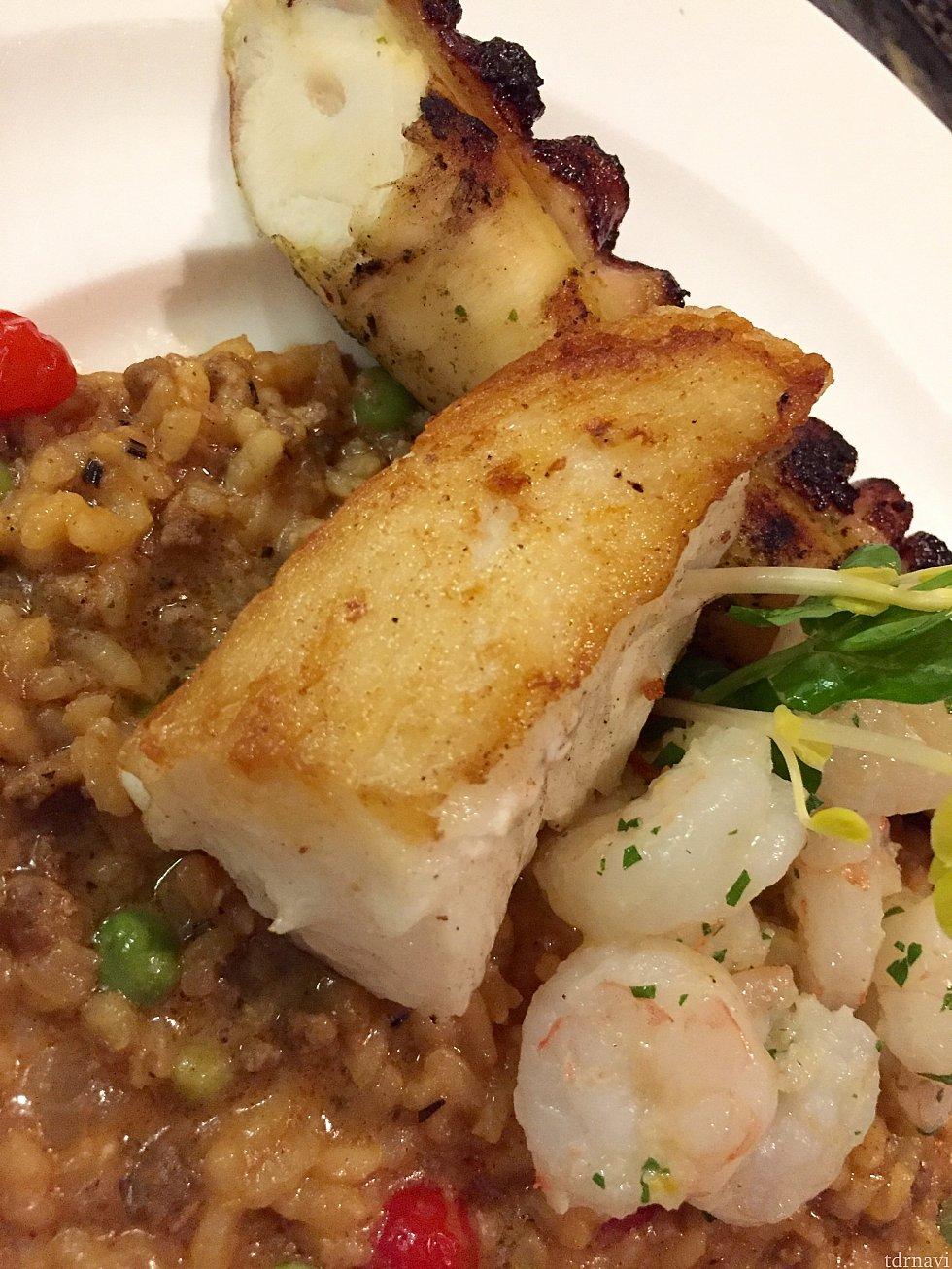 チリ産シーバスは高級魚ですが、味が薄い上にちょっとドライで、もう少し何かソースが欲しかったです。キーウェストシュリンプはサイズもう少し大きくても良かったかな〜。30%割引と言っても元の値段$48ですから…
