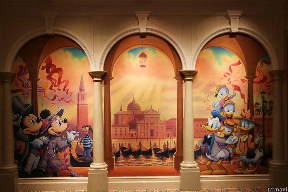 宴会場の間にある壁画(婚礼の際には受付が置かれる場所)があり、今は15周年仕様だそうです