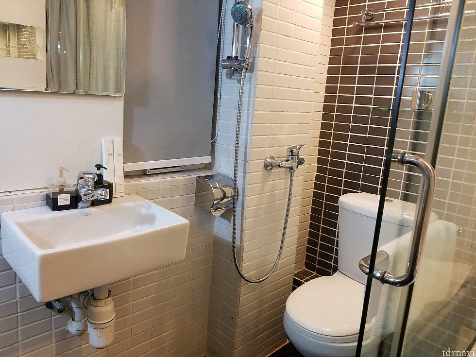 全面ガラス張り!!! ロールカーテンがありますがトイレ、シャワーの度に上げ下げが面倒くさかった…😅 そしてシャワーの真下にトイレットペーパーホルダーが😅すぐにタンク上の棚に移動させて使いましたꉂꉂ😆もちろんシャワーをした後は気を使ってもトイレがびしゃびしゃ😅