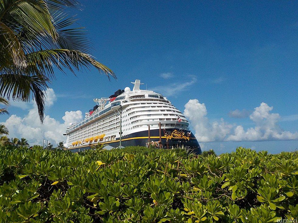 青空に映えるドリーム号。本当に美しい船です。 ディズニークルーズ船は、キャスタウエイケイから眺めるのが最も美しいと思うのです。