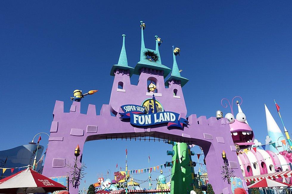 映画に登場した遊園地のゲートが再現されています!