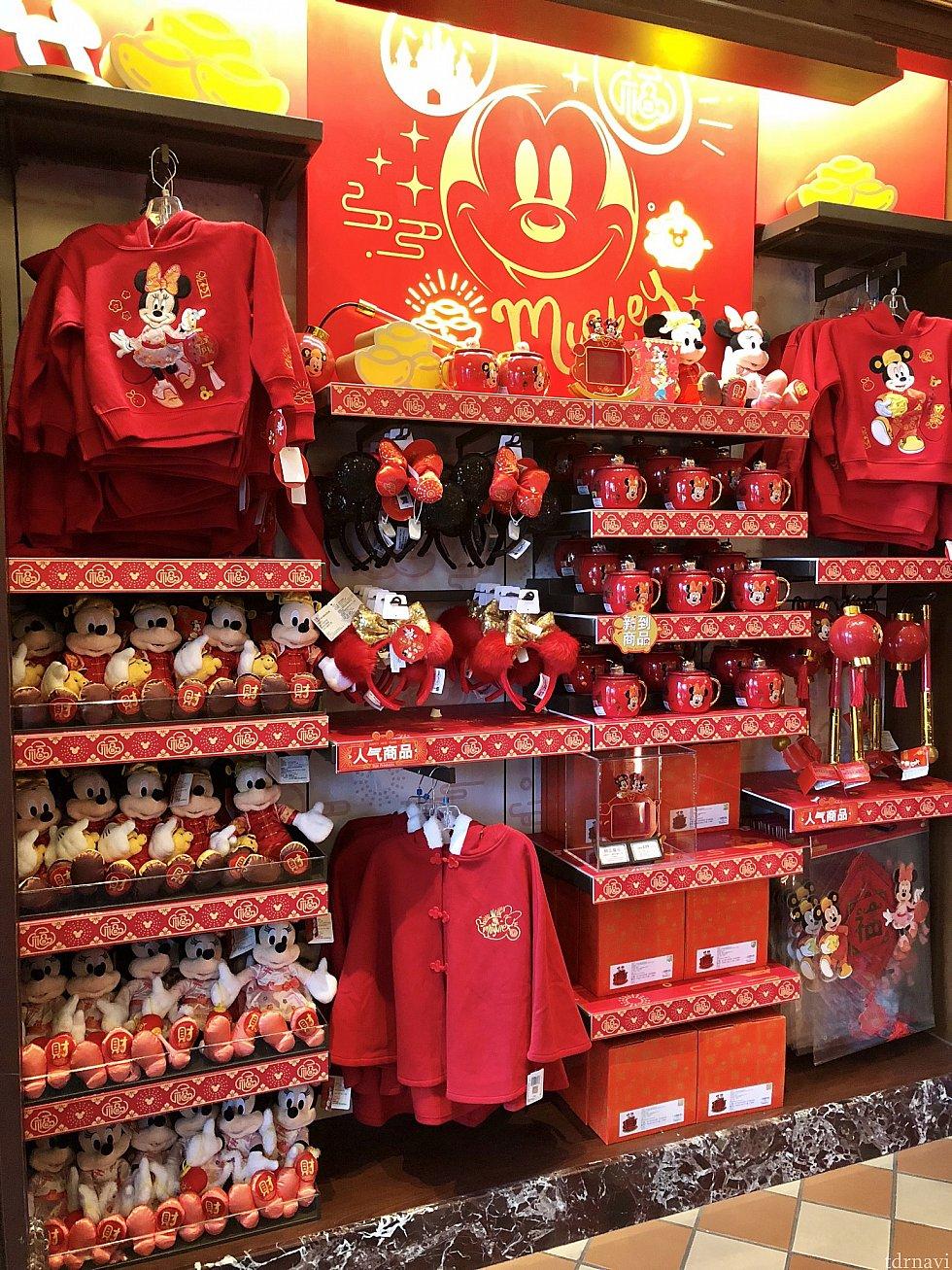 赤い!! パーカーは子ども用 各299元。 下のケープは子ども用ですが、LやXLなら大人でも着れそう!299元。 右側の提灯は125元