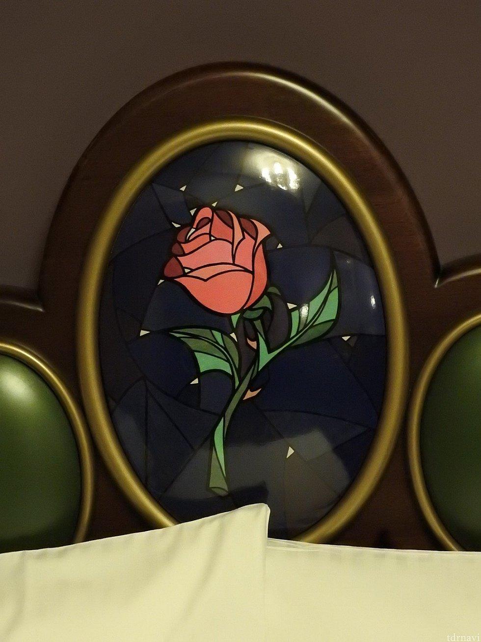 ベットの頭の部分にはベルの象徴である赤い薔薇があります