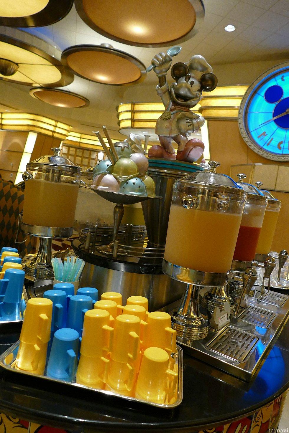 ドリンクコーナー! オレンジジュースは果肉入りで美味しかったです✨