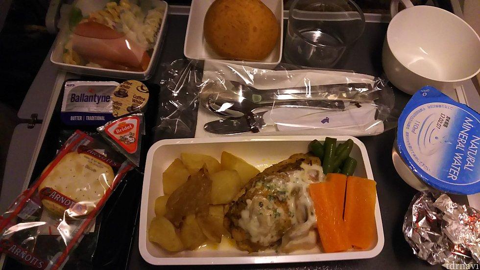 機内食のエコノミーのお肉は不味いことが多いそうですが、これはとても美味しかったです。