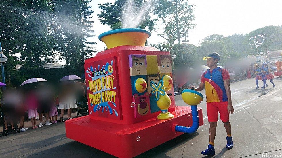 夏らしくたくさん水がかかりますが楽しいパレード