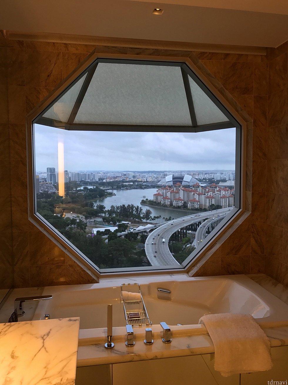 旅行会社のパンフレットでも紹介されているバスタブ。 特徴的な八角形の窓からゆっくり景色を楽しんではいかがでしょうか?