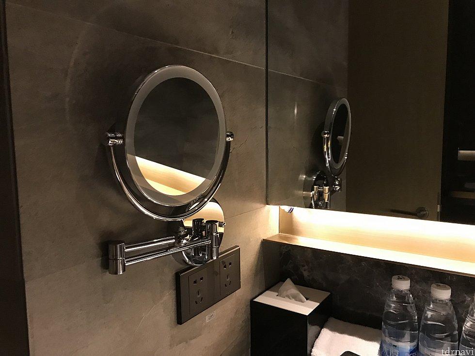 洗面所には可動式の鏡も。